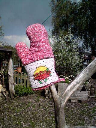 A cherry oven glove